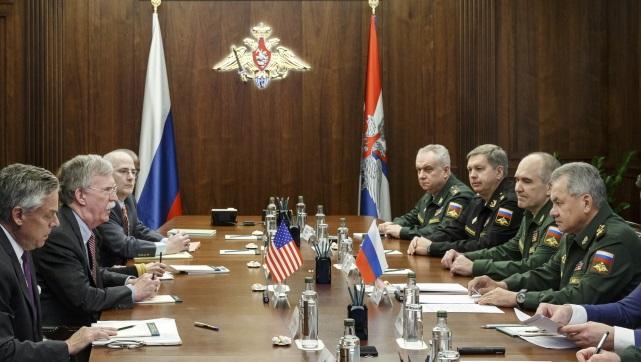 Советник по национальной безопасности США Джон Болтон (второй слева) и министр обороны России Сергей Шойгу (справа) во время переговоров в Москве
