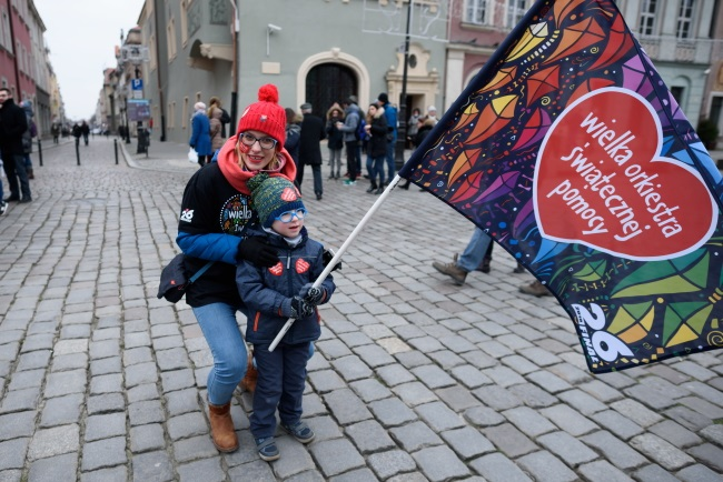 Fundraisers collect money for the Great Christmas Aid Orchestra in Poznań, western Poland. Photo: PAP/Jakub Kaczmarczyk