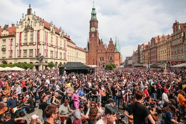 Guitar players gather in Wrocław's market square. Photo: PAP/Maciej Kulczyński