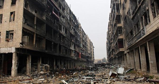 Spustoszona ulica miasta Aleppo.