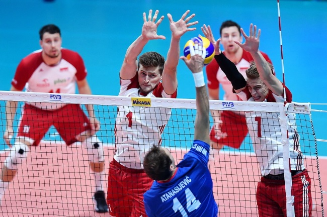 Poland's Piotr Nowakowski (2nd from left) and Artur Szalpuk (right) in action against Serbia's Aleksandar Atanasijevic (front) on Thursday. Photo: EPA/ALESSANDRO DI MARCO