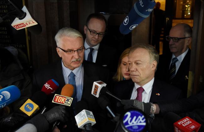 Глава МИД Польши Витольд Ващиковский и посол Германии Рольф Никель.