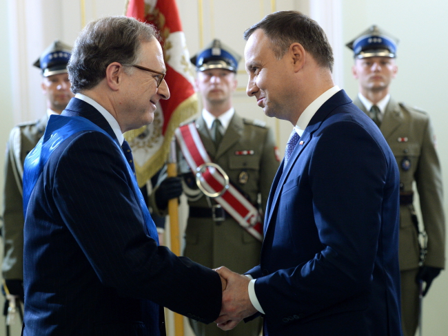 President Andrzej Duda (Right) confers the Order of Merit of the Republic of Poland to NATO deputy chief Alexander Vershbow (Left). Photo: PAP/Jacek Turczyk