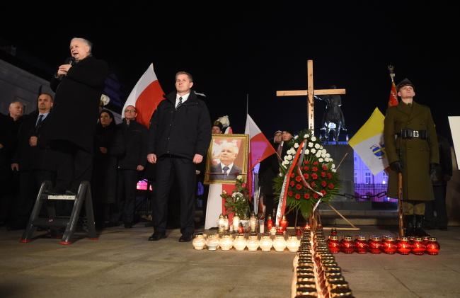 Jarosław Kaczyński (L, on footstool) speaking during the commemoration on Thursday. Photo: PAP/Radek Pietruszka