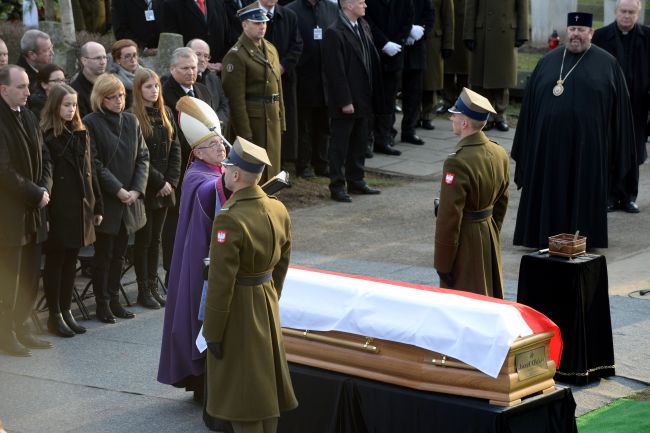 Former prime minister Jozef Oleksy is laid to rest at the Powazki Military Cemetery in Warsaw. Photo: PAP/Jacek Turczyk.