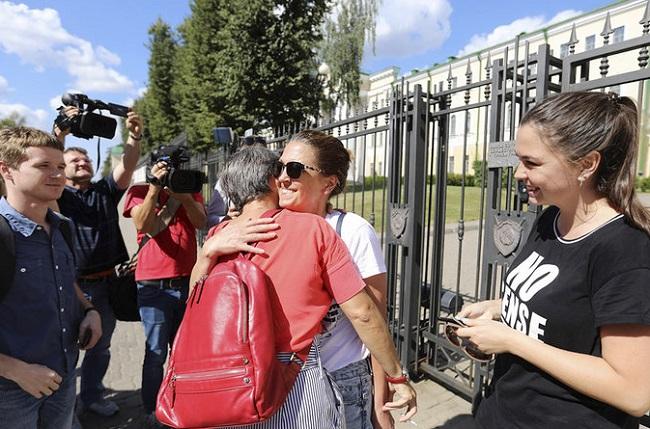 Выпушчаных на свабоду журналістаў сустракаюць ля Сьледчага камітэта