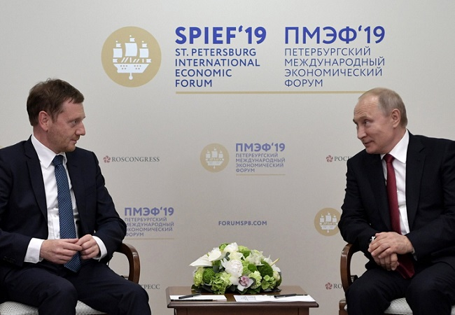 Michael Kretschmer meets Vladimir Putin on the sidelines of the St. Petersburg International Economic Forum on Friday. Photo: EPA/ALEXEY NIKOLSKY