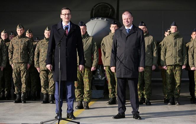 Глава польского правительства Матеуш Моравецкий и премьер Литвы Саулиус Сквернелис на военной авиабазе в Шяуляе.