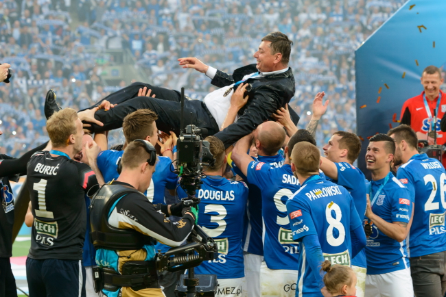 Lech Poznań coach is held aloft by his team on Sunday. Photo: PAP/Jakub Kaczmarczyk