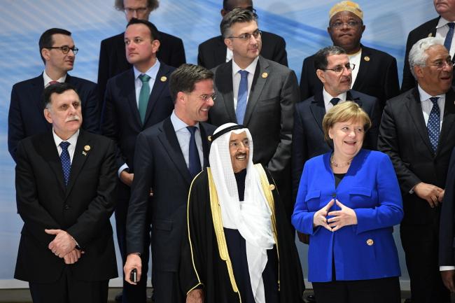 Король Саудовской Аравии Салмfн ибн Абдул-Азиз ибн Абдуррахман А́ль Сау́д(в центре), канцлер Германии Ангела Меркель (справа) и премьер-министр Матеуш Моравецкий (слева во втором ряду) позируют для фото первого в истории саммита стран Европейского союза и Лиги арабских государств
