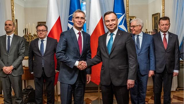 Генеральный секретарь НАТО Йенс Столтенберг (в центре слева), президент Польши Анджей Дуда (в центре справа), министр иностранных дел Польши Яцек Чапутович (второй справа) и министр национальной обороны Польши Мариуш Блащак (справа)