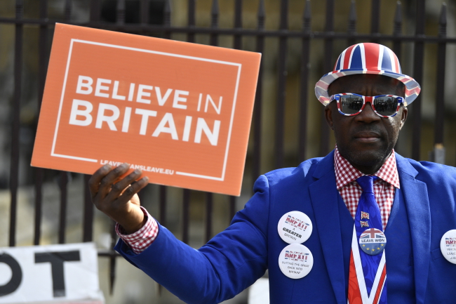 Лондон, 28 марта 2019 г. Сторонник брексита пикетирует здание парламента Великобритании