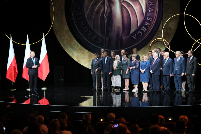 Анджей Дуда (слева) на церемонии вручения медали президента Польши Virtus et Fraternitas