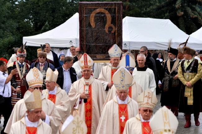 Procession before Mass. Photo: PAP/Marcin Kmieciński.