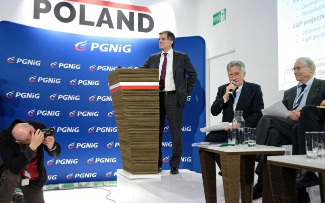 Президент PGNiG Петр Возняк (второй справа) и заместитель председателя Международного газового союза Торстейн Индребо (справа) во время дебатов  в рамках саммита COP24 в Катовице