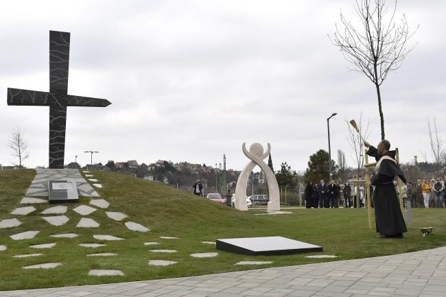 Пам'ятник «Мементо-Смоленськ» стоїть у столиці Угорщини, над Дунаєм