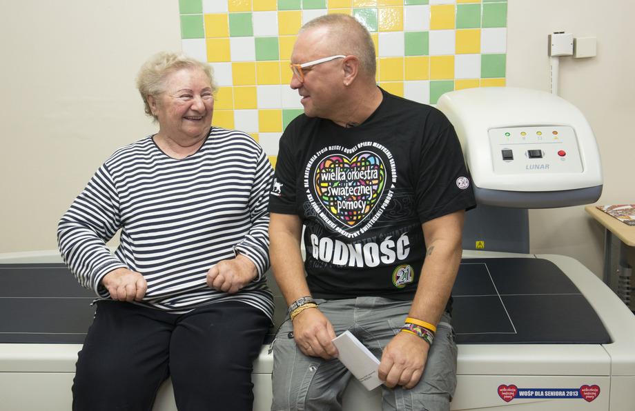 A geriatric patient sits with WOŚP founder Jerzy Owsiak. Photo: WOŚP