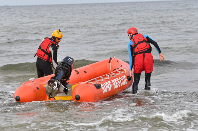 Rescuers search the sea for the missing children. Photo: PAP/Marcin Bielecki