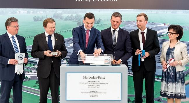 Szef działu produkcji układów napędowych Mercedes-Benz Cars i kierownik fabryki Mercedes-Benz Frank Deiss (L), ambasador Niemiec Rolf Nikel (2L), wicepremier, minister rozwoju i finansów Mateusz Morawiecki (3L), przedstawiciel zarządu Mercedes-Benz Cars ds. produkcji i łańcucha dostaw Markus Schafer (3P), prezes zarządu Mercedes-Benz Manufacturing