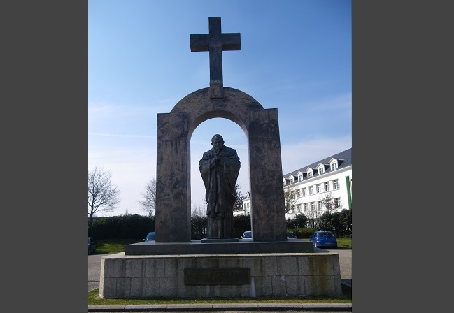 Monument to John Paul II in Ploërmel. Photo: chisloup/Wikimedia Commons (CC BY 3.0)