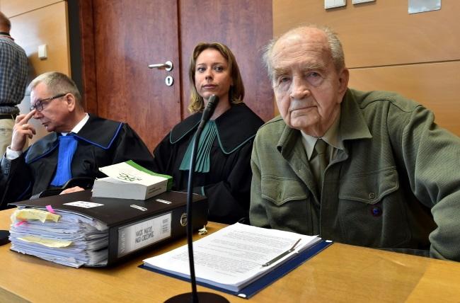 Former Home Army soldier Zbigniew Radłowski (right) in court. Photo: PAP/Jacek Bednarczyk
