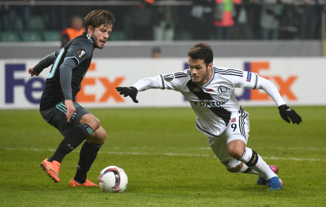 Ajax's Lasse Schone and Legia's Valeri Qazaishvili. Photo: PAP/Bartłomiej Zborowski