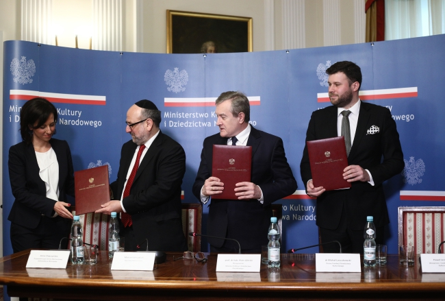 From left to right: Anna Chipczyńska (President of the Warsaw Jewish Community), Michael Schudrich (Chief Rabbi of Poland), Piotr Gliński (Poland's culture minister), Michał Laszczkowski (President of the National Heritage Foundation) at a press conference on a PLN 100 milion donation to preserve the Warsaw Jewish Cemetery on Friday. Photo: PAP/Les