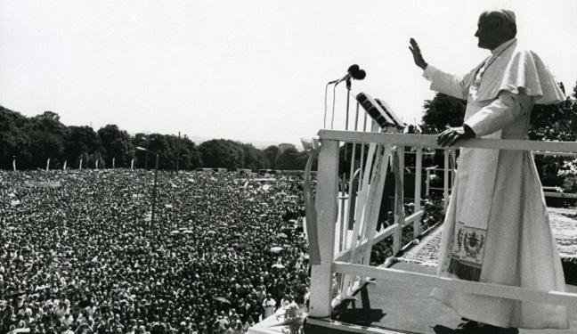 Іван Павло II звертається до вірних, що зібралися поблизу сантктуарію на Ясній Гурі