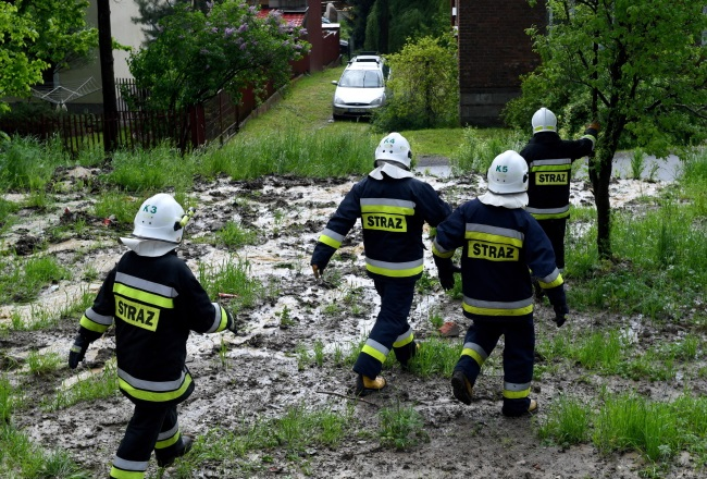 Firefighters are called to deal with the aftermath of intense rainfall in the southeastern town of Tyczyn. Photo: PAP/Darek Delmanowicz
