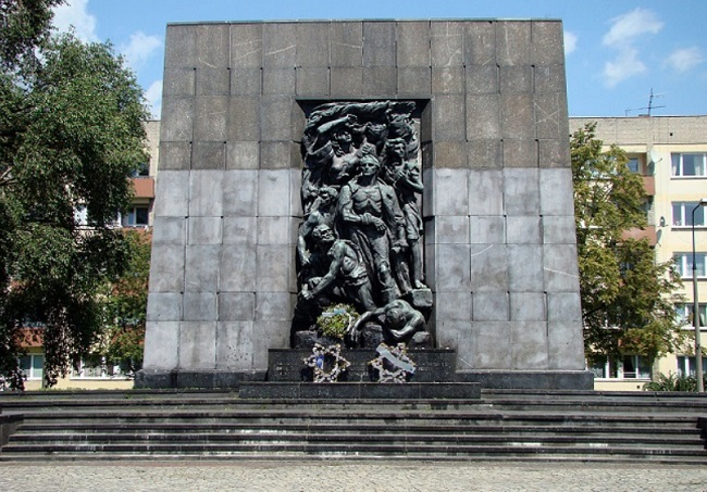 A monument honouring the 1943 Warsaw Ghetto Uprising fighters in the Polish capital. Photo: Szczebrzeszynski [Public domain], from Wikimedia Commons