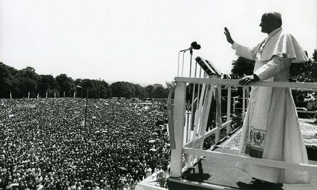 Иоанн Павел II обращается к верующим, собравшимся вблизи святыни на Ясной Гуре. Июнь 1979