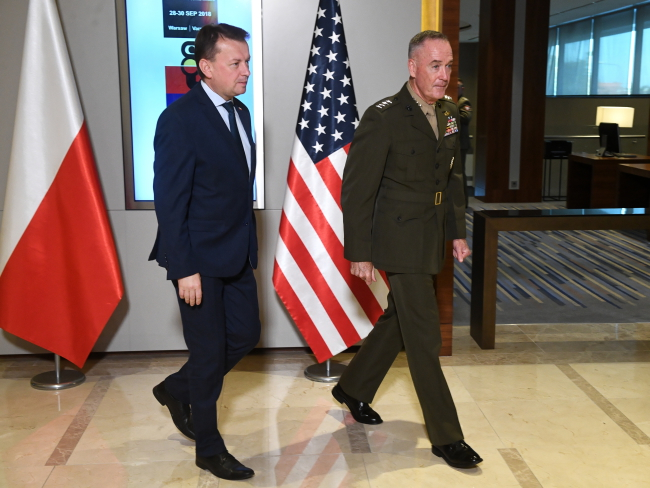 Poland's Defence Minister Mariusz Błaszczak (L) and Chairman of the Joint Chiefs of Staff General Joseph Dunford (R) during a meeting of NATO's Military Committee in Warsaw. Photo: PAP/Jacek Turczyk