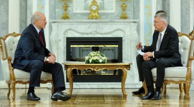 Marszałek Senatu Stanisław Karczewski i Prezydent Republiki Białoruskiej Alaksandr Łukaszenka podczas spotkania w Mińsku