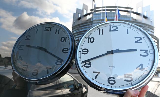 Часы на фоне здания Европейского парламента в Страсбурге