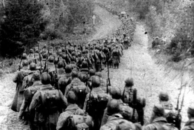 Колона радянських солдатів, що нападає на Польщу