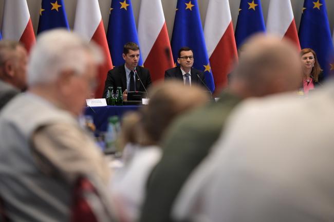 Премьер-министр Польши Матеуш Моравецкий (в центре) на совещании по вопросам образования