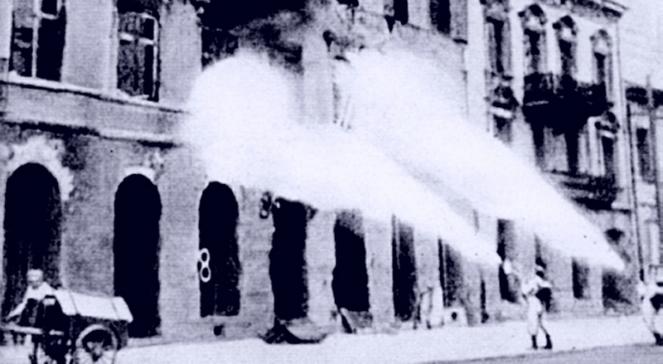 Niemieccy żołnierze podpalają warszawskie kamienice