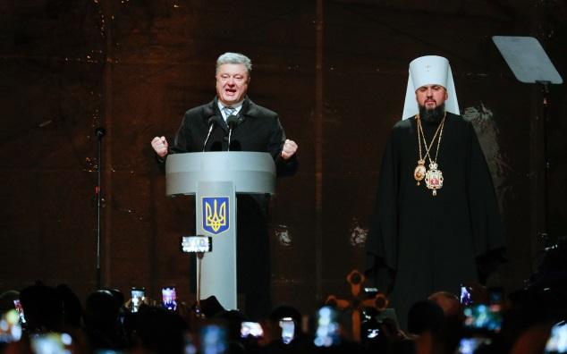Президент Украины Петр Порошенко (слева) и новоизбранный Митрополит Киевский и всея Украины Епифаний (справа) во время выступления перед верующими в центре Киева