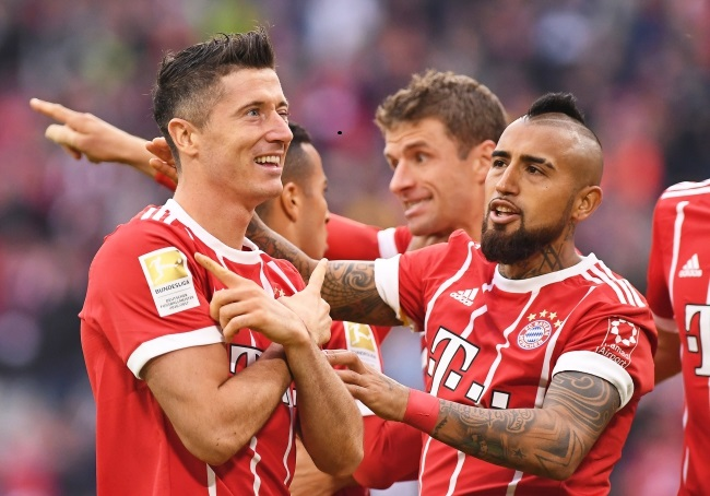 Robert Lewandowski (left) celebrates after scoring a goal for Bayern Munich during a German Bundesliga match with FSV Mainz 05 on Saturday. Photo: EPA/LUKAS BARTH