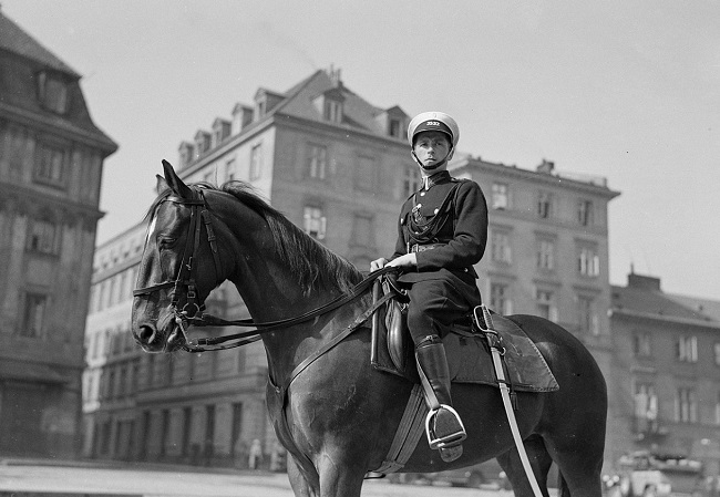 Конны паліцыянт на Замкавай плошчы ў Варшаве, 1934 год