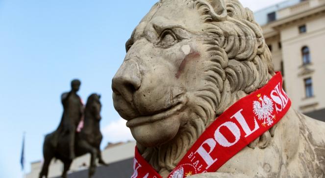 Jeden z kamiennych lwów przed Pałacem Prezydenckim w Warszawie