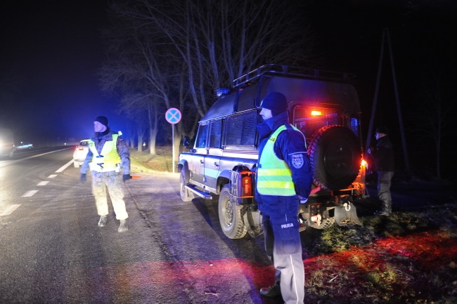 Police and military police near Kałuszyn on Monday night.  Photo: PAP/Przemysław Piątkowski