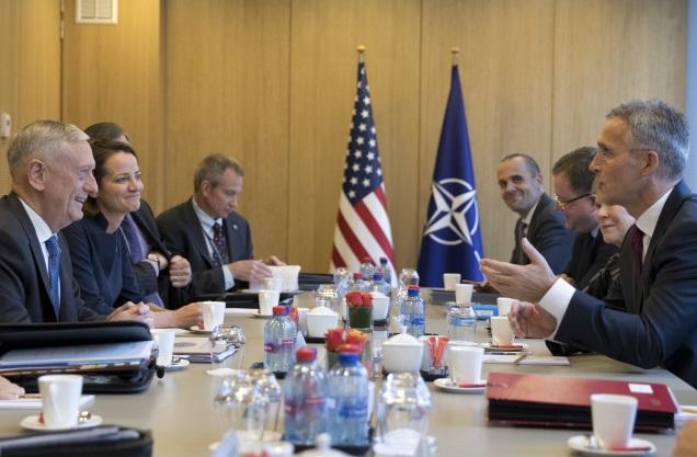 Министр обороны США Джеймс Мэттис (слева) с Генеральным секретарем НАТО Йенсом Столтенбергом перед встречей министров обороны стран НАТО в штаб-квартире Североатлантического альянса в Брюсселе