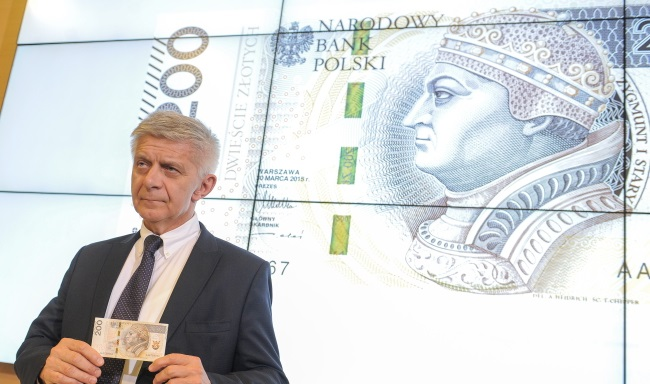 NBP chief Marek Belka with the new 200 złoty note, 23 June. Photo: PAP