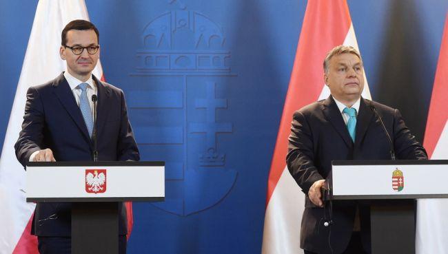 Премьер Польши МАтеуш Моравецкий (ан фото слева) и премьер Венгрии Виктор Орбан на совместной пресс-конференции во время встречи в Будапеште.