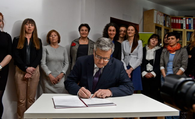 President Bronisław Komorowski signs the Council of Europe's Convention on Preventing and Combating Violence Against Women. Photo: PAP/Marcin Obara