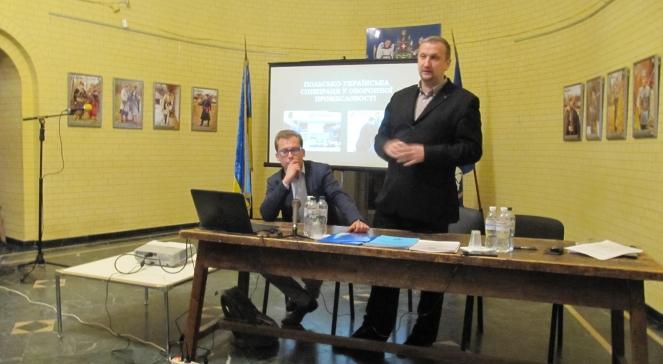 Учасники круглого столу «Польсько-українські стосунки: що далі?» Юрій Міндюк (стоїть) і Марек Міхал (сидить)
