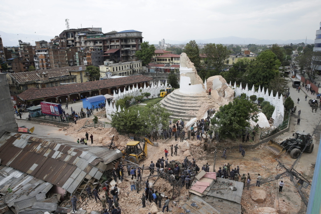 People inspect the damage of the collapsed landmark Dharahara, also called Bhimsen Tower, after an earthquake caused serious damage in Kathmandu, Nepal, 25.04.2015. Photo: PAP/EPA/NARENDRA SHRESTHA
