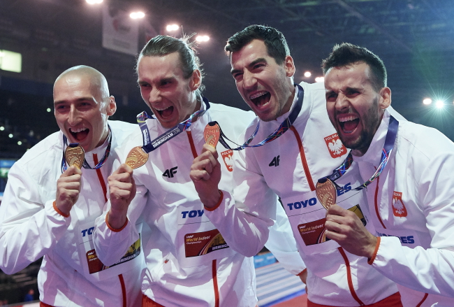 Jakub Krzewina, Karol Zalewski, Rafał Omelko and Łukasz Krawczuk celebrate their world record-breaking win. Photo: PAP/Adam Warżawa
