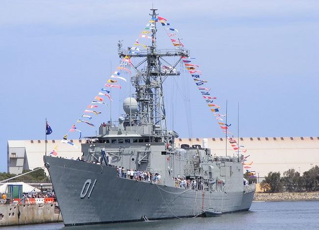 Фрегат «Аделаида» (FFG 01) в порту Аделаиды (Южная Австралия)